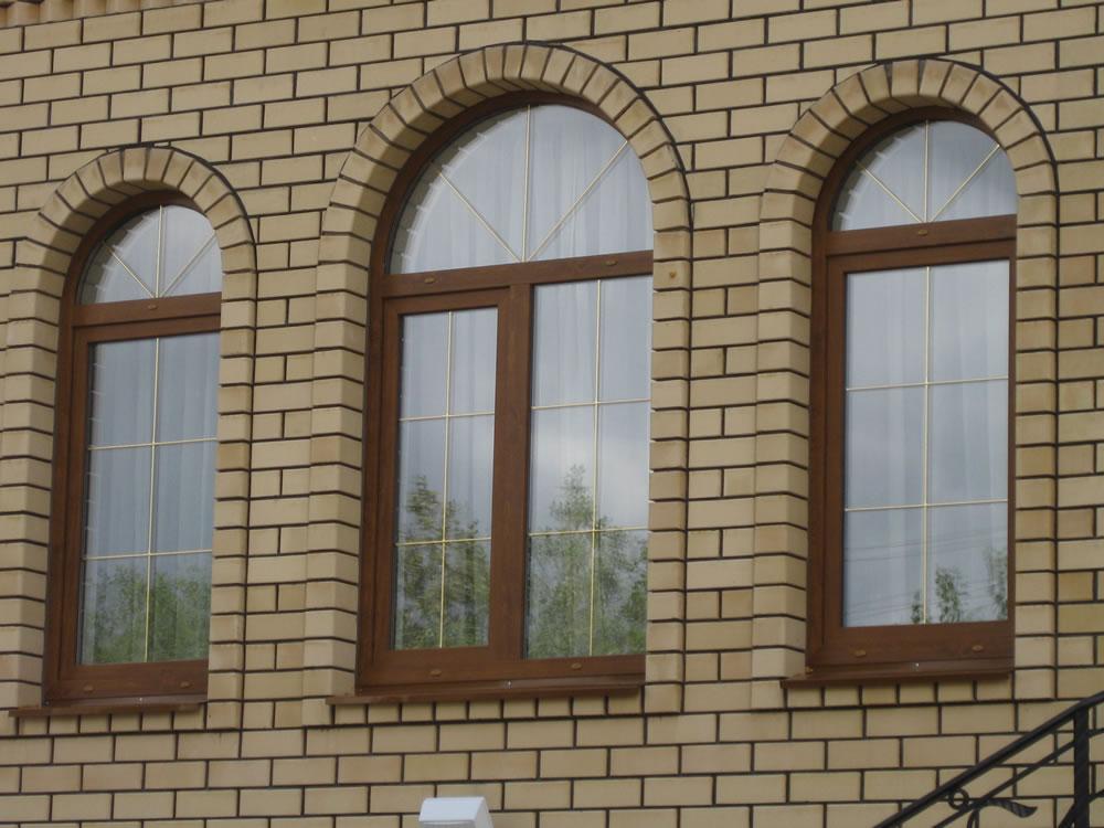 фото кирпичных домов с арочными окнами построить времянку дачном
